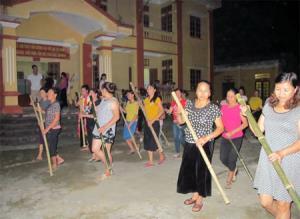 Diễn viên trong đoàn trình diễn của xã Nghĩa Phúc tích cực tập luyện trình diễn lễ hội đâm đuống.