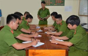 Trung tá Trần Văn Hiền triển khai công tác đấu tranh phòng, chống tội phạm về ma túy với cán bộ, chiến sỹ trong Đội.