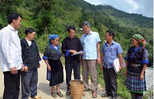 Lãnh đạo Ban Quản lý Rừng phòng hộ huyện Mù Cang Chải nắm bắt công tác BVR và PCCCR tại xã Dế Xu Phình.