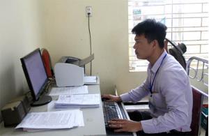 Việc ứng dụng công nghệ thông tin đã phục vụ tốt công việc chuyên môn 3 cấp chính quyền của tỉnh. (Ảnh: Công chức xã Đại Minh, huyện Yên Bình ứng dụng công nghệ thông tin phục vụ công việc chuyên môn).