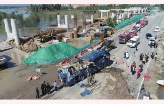 Lũ cuốn xe buýt khỏi cầu, 13 người chết