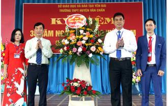 Trưởng ban Tuyên giáo Tỉnh ủy Nguyễn Minh Tuấn dự kỷ niệm Ngày Nhà giáo Việt Nam tại Trường THPT Văn Chấn