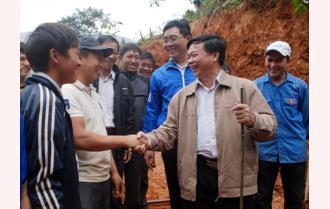 Đoàn công tác của tỉnh thăm, tặng quà thanh niên tình nguyện trên công trường Túc Đán