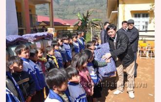 Các nhà hảo tâm Hà Nộitặng gần 200 suất quà cho trẻ em vùng cao Trạm Tấu