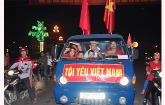 Cổ động viên Yên Bái ra đường chúc mừng tuyển Việt Nam vào chung kết AFF Cup