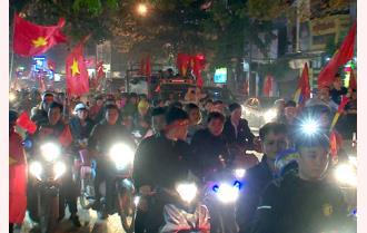 Yên Bái: Cuồn cuộn dòng người đổ ra đường ăn mừng chiến thắng của đội tuyển Việt Nam