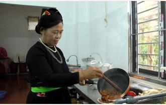 Ngày tết thưởng thức món thịt chua của người Tày Lục Yên
