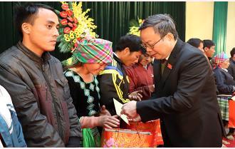 Phó Chủ tịch Quốc hội Phùng Quốc Hiển tặng quà tết hộ nghèo tại huyện Văn Chấn