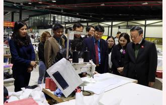 Phó Chủ tịch Quốc hội Phùng Quốc Hiển tặng quà tết Trung tâm Công tác xã hội - Bảo trợ xã hội tỉnh và công nhân lao động nghèo tại Yên Bái