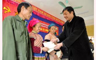 Tặng 70 suất quà tết cho hộ nghèo xã Nà Hẩu, huyện Văn Yên