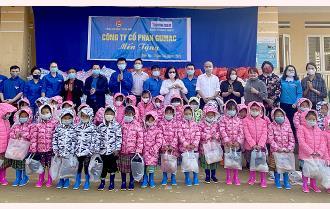 Tỉnh đoàn Yên Bái tặng gần 650 suất quà và 500 đầu sách cho học sinh Trạm Tấu