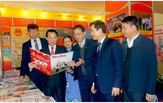 Các đồng chí lãnh đạo tỉnh tham quan gian trưng bày Hội Báo xuân Tân Sửu 2021