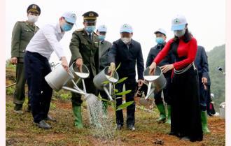 """Các đồng chí lãnh đạo tỉnh dự Lễ hưởng ứng """"Tết trồng cây đời đời nhớ ơn Bác Hồ"""" xuân Tân Sửu 2021 tại huyện Yên Bình"""