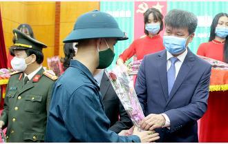 Chủ tịch UBND tỉnh Trần Huy Tuấn dự Lễ giao nhận quân tại thành phố Yên Bái