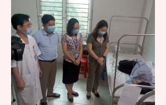 Phó Chủ tịch UBND tỉnh Vũ Thị Hiền Hạnh thăm, động viên các công nhân ngộ độc thực phẩm