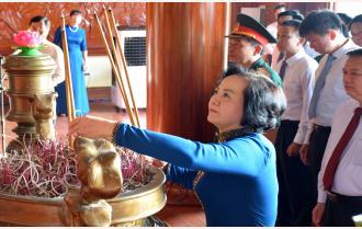 Lãnh đạo tỉnh Yên Bái viếng Nghĩa trang liệt sỹ và dâng hương tưởng niệm Chủ tịch Hồ Chí Minh