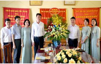 Chủ tịch UBND tỉnh Trần Huy Tuấn chúc mừng Hội Nhà báo và Cổng Thông tin điện tử tỉnh