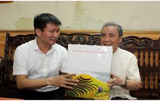 Chủ tịch UBND tỉnh Trần Huy Tuấn chúc mừng các đồng chí nguyên lãnh đạo tỉnh qua các thời kỳ