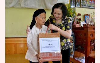 Bí thư Tỉnh ủy Phạm Thị Thanh Trà thăm, tặng quà các gia đình chính sách tiêu biểu tại thành phố Yên Bái