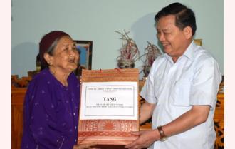 Phó Bí thư Thường trực Tỉnh ủy Dương Văn Thống thăm, tặng quà các gia đình chính sách tại huyện Yên Bình