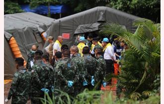 Thái Lan: Nghẹt thở cuộc giải cứu 4 cậu bé đầu tiên từ hang sâu