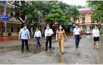 Phó Chủ tịch UBND tỉnh Vũ Thị Hiền Hạnh kiểm tra các điểm thi tốt nghiệp THPT năm 2021