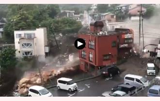 Khoảnh khắc lở đất kinh hoàng ở Nhật Bản, cuốn phăng cả chục ngôi nhà