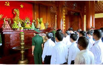 Đoàn đại biểu dự Đại hội thi đua yêu nước tỉnh Yên Bái lần thứ X viếng Nghĩa trang liệt sĩ và dâng hương tưởng niệm Chủ tịch Hồ Chí Minh