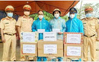 Phòng Cảnh sát giao thông, Công an tỉnh Yên Bái thăm, tặng quà động viên lực lượng tham gia các chốt kiểm dịch