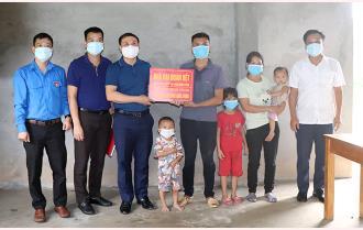 Văn phòng Tỉnh ủy trao hỗ trợ 50 triệu đồng làm nhà cho hộ nghèo xã Tân Nguyên