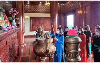 Đoàn đại biểu dự Đại hội phụ nữ tỉnh dâng hương tưởng niệm Chủ tịch Hồ Chí Minh và viếng Nghĩa trang liệt sỹ trung tâm tỉnh
