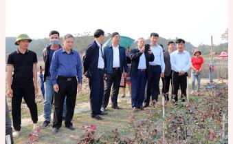 Nguyên Thường trực Ban Bí thư, đại biểu Quốc hội khóa XIV tỉnh Yên Bái Trần Quốc Vượng kiểm tra mô hình sản xuất tại huyện Mù Cang Chải