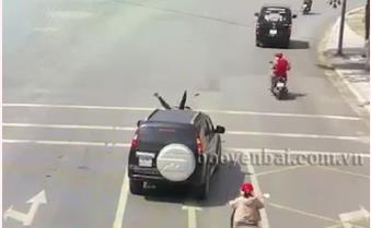 [VIDEO] Yên Bái: Ô tô đâm đuôi mô tô khi đang dừng đèn đỏ, 1 người phải đi cấp cứu