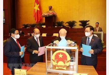 Tổng Bí thư Nguyễn Phú Trọng Quốc hội cùng các đồng chí lãnh đạo Đảng, Nhà nước bỏ phiếu phê chuẩn việc bổ nhiệm Phó Thủ tướng, Bộ trưởng và thành viên khác của Chính phủ.