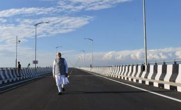Thủ tướng Ấn Độ Narendra Modi đi bộ trên cầu Bogibeelb - cầu đường sắt dài nhất quốc gia này có thể chịu được tải trọng của xe tăng và máy bay chiến đấu (Ảnh minh họa)