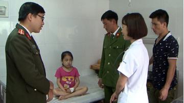 Thượng úy Phạm Minh Tuấn và Trung sỹ Lý A Lềnh – Cán bộ chiến sỹ Công an tỉnh Yên Bái thăm và động viên các gia đình bệnh nhân.