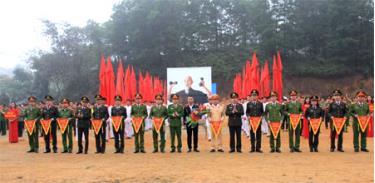 Lãnh đạo Công an tỉnh trao cờ lưu niệm cho các đoàn tham gia thi đấu tại Đại hội TDTT Công an tỉnh Yên Bái lần thứ VII, năm 2018.