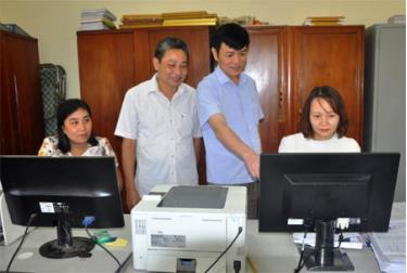 Các đồng chí Ủy viên Ủy ban Kiểm tra Thành ủy Yên Bái trao đổi nghiệp vụ nâng cao hiệu quả công tác kiểm tra, giám sát.