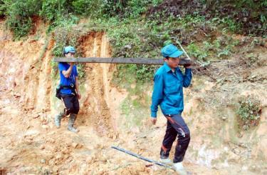 Lực lượng dân quân tự vệ Mù Cang Chải góp sức giúp dân khắc phục hậu quả thiên tai.