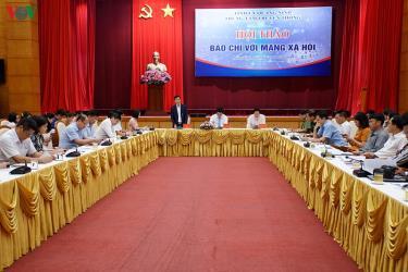 Hội thảo Báo chí với Mạng xã hội có sự tham gia của hơn 100 nhà báo đến từ các cơ quan báo chí trung ương và địa phương, đại diện các ngành chức năng.
