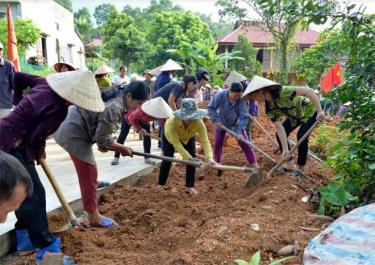 Hội viên phụ nữ xã Ngòi A đắp lề đường giao thông nông thôn.