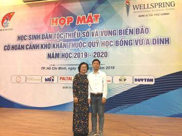Thào A Khay ngày nào đã trưởng thành, vào đại học và bà Trương Mỹ Hoa, Nguyên Phó Chủ tịch nước, Chủ tịch Quỹ học bổng Vừ A Dính.