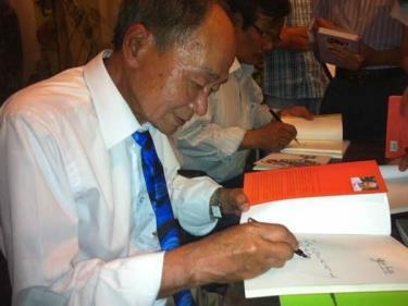 Nhà thơ Du Tử Lê ký tặng độc giả trong buổi ra mắt