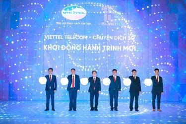 Lãnh đạo Viettel đặt tay lên quả cầu thể hiện quyết tâm sẽ tạo ra bùng nổ lần thứ 2 trong lĩnh vực di động tại Việt Nam.