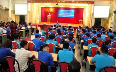 Đồng chí Đặng Anh Thao - Phó Chủ tịch Hội đồng Huấn luyện Trung ương Hội Liên hiệp thanh niên Việt Nam truyền đạt các nội dung cho 180 cán bộ Hội cơ sở trên địa bàn tỉnh Yên Bái năm 2019.