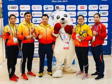 Nguyễn Thị Hương (thứ hai từ phải sang) sau khi nhận Huy chương đồng tại Giải Boxing nữ vô địch thế giới năm 2019.