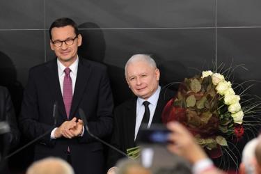 Thủ tướng Ba Lan Mateusz Morawiecki (trái) và lãnh đạo đảng Pháp luật và Công lý (PiS) Jaroslaw Kaczynski (phải) sau cuộc bầu cử Hạ viện tại Vácsava ngày 13/10/2019.