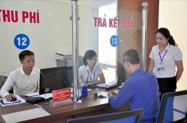 Cán bộ Bộ phận Phục vụ hành chính công thành phố giám sát quá trình thực hiện nhiệm vụ tại khâu trả kết quả.