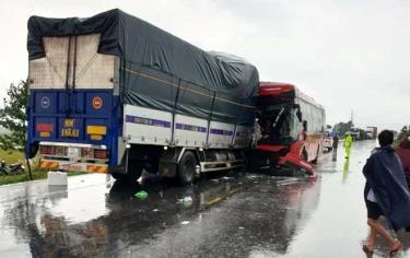 Hiện trường cho thấy xe tải đã lấn sang làn đường xe khách.
