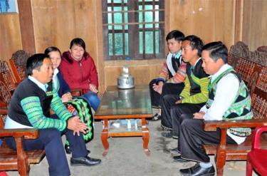 Cán bộ huyện Văn Chấn tuyên truyên phòng, chống tảo hôn, hôn nhân cận huyết thống ở vùng đồng bào dân tộc Mông, xã Suối Bu.